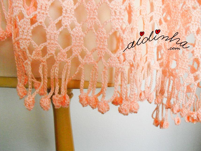 Foto das franjas da estola de crochet, salmão