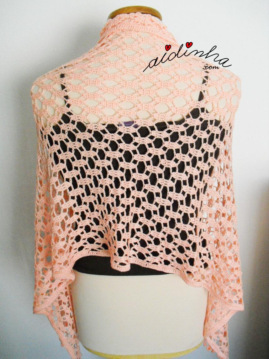 Foto da estola de crochet, salmão, vista por detrás