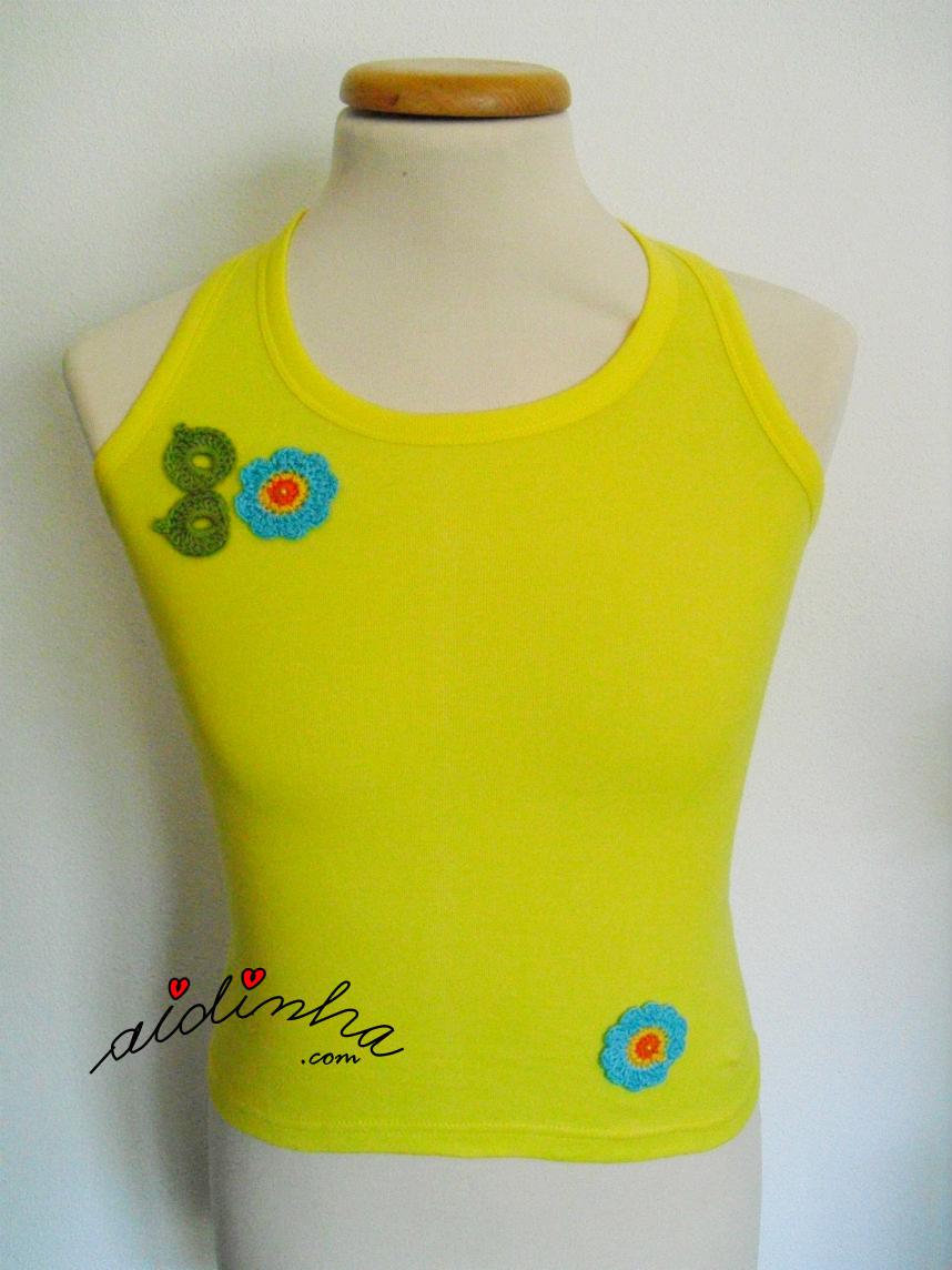 Blusa amarela costumizada com crochet