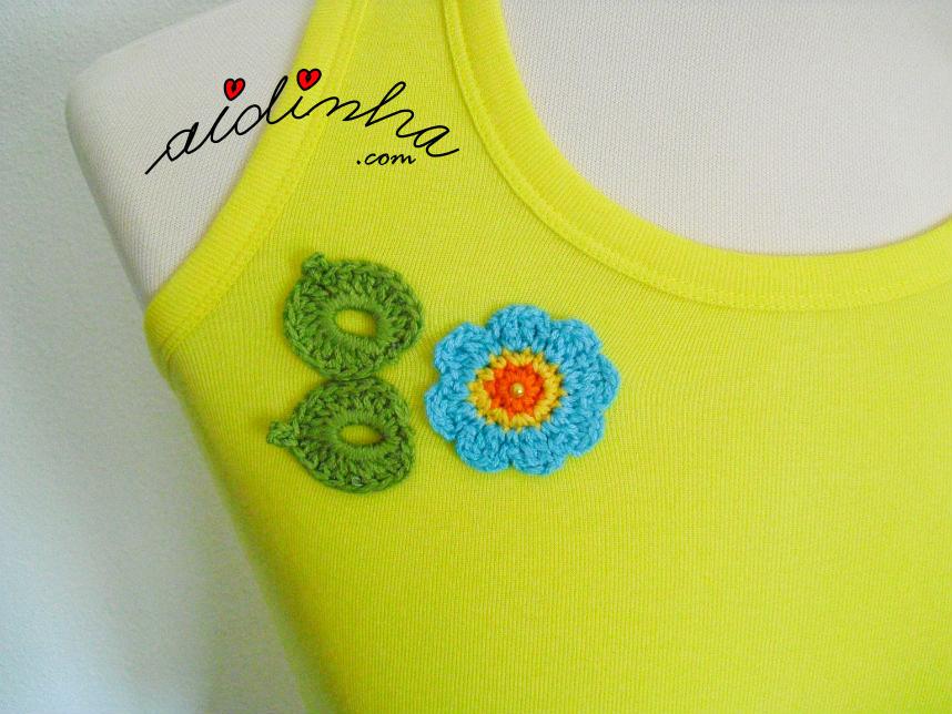 Foto da flor e das folhas de crochet da blusinha amarela