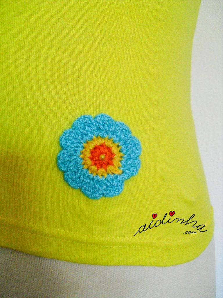 Flor de crochet da blusa costumizada