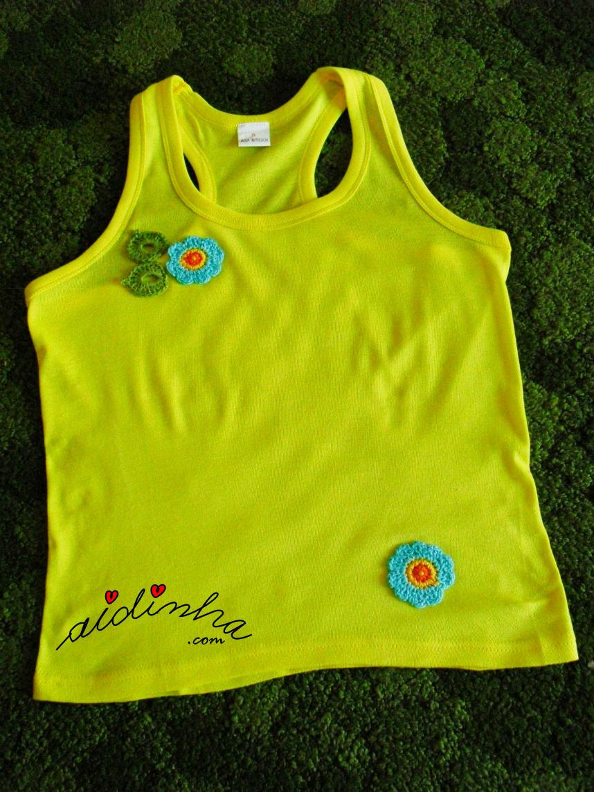 Outra foto da blusa amarela costumizada com crochet
