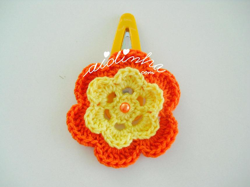 Gancho com flor amarela e laranja,de crochet