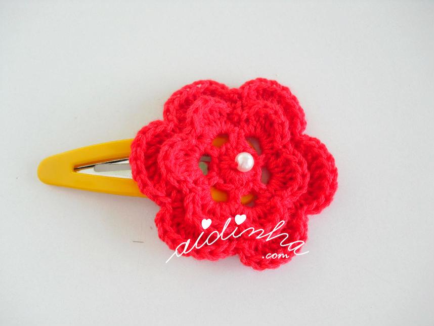 Gancho com flor vermelha de crochet