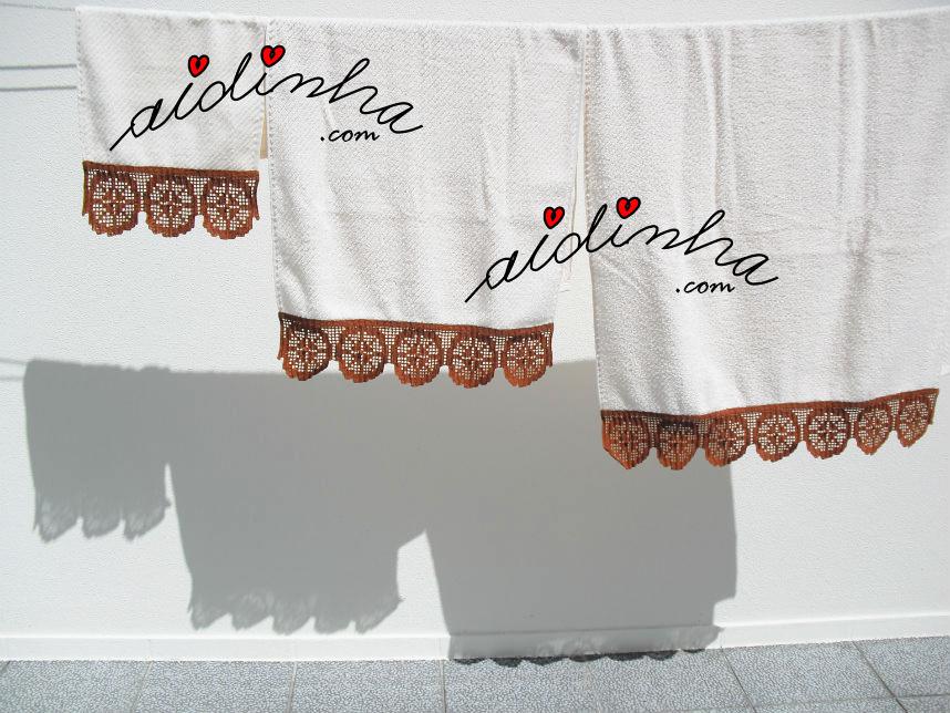 Conjunto de toalhas creme com barras de crochet em castanho