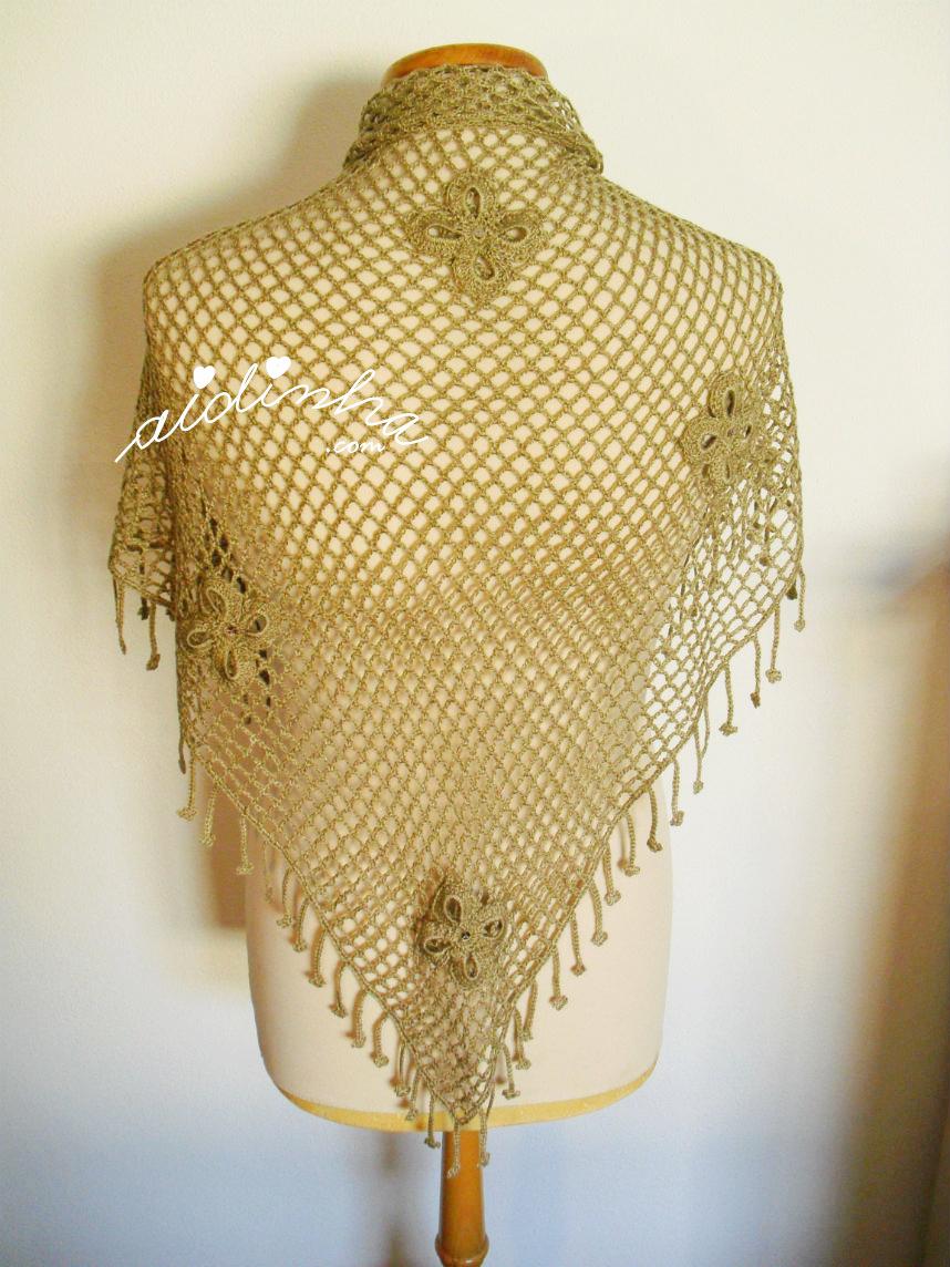 Foto do xaile de crochet, visto no manequim