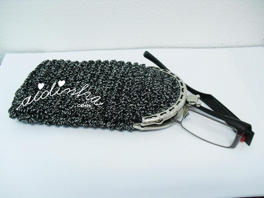 Bolsa em crochet, para óculos, em preto e prata