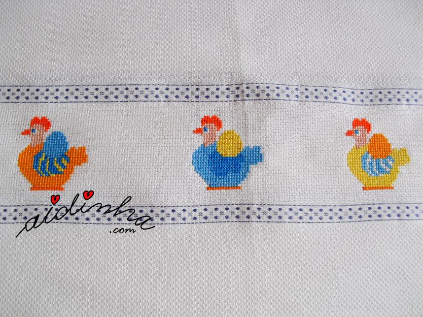 Um dos lados do pano cozinha com as galinhas em ponto cruz