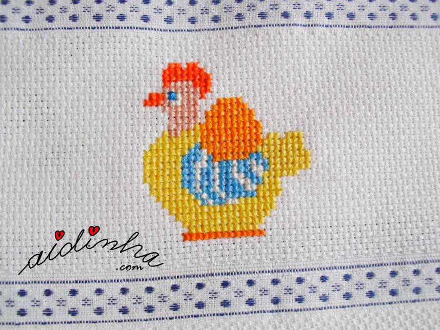 Outra foto da galinha bordada a ponto cruz do pano cozinha