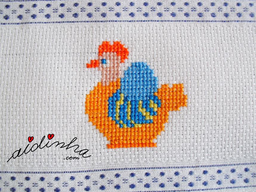 Foto de uma das galinhas em ponto cruz