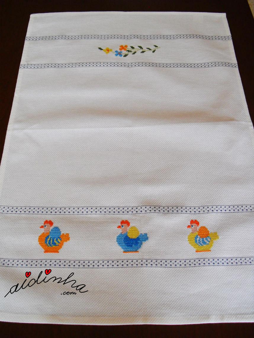 Pano de cozinha/copa com galinhas bordadas em ponto