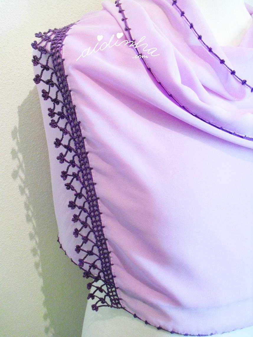 Vista de um dos lados com crochet, da écharpe lilás