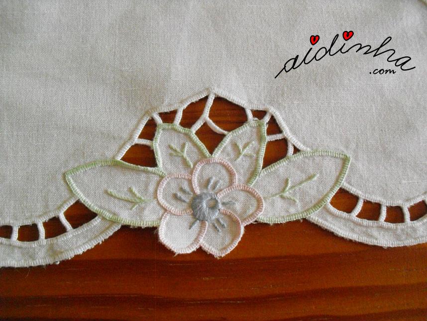 Pormenor de uma flor do naperon bordado em richelieu