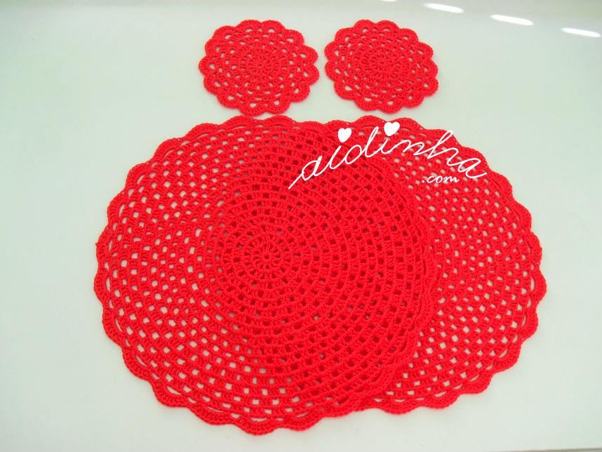 Conjunto de individuais e porta-copos de crochet, na cor vermelho