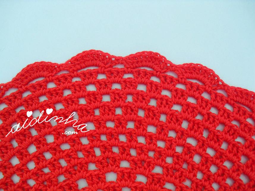 Foto da volta de remate do individual de crochet, vermelho