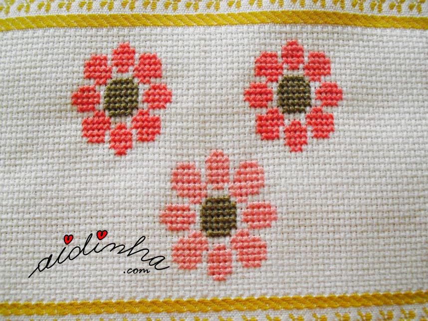 Flores coloridas em ponto cruz