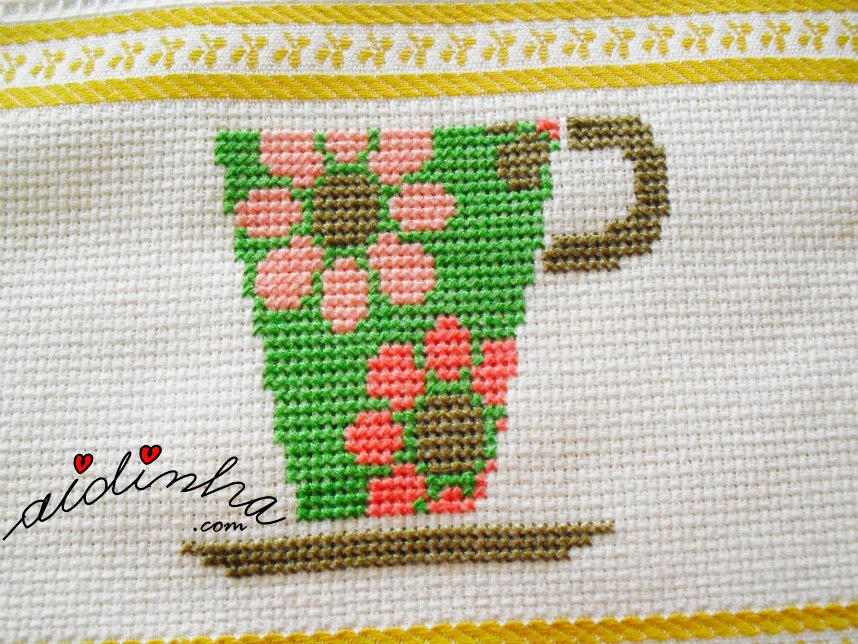 Chávena verde do pano de cozinha, bordado em ponto cruz