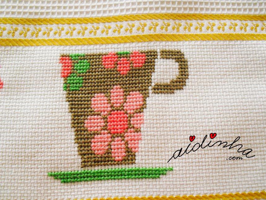 Chávena castanha do pano de cozinha bordado em ponto cruz