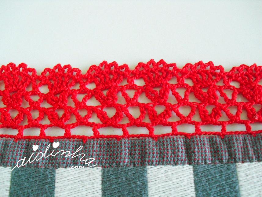 Foto do picô de crochet vermelho, do pano cinzento