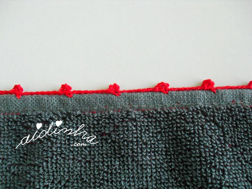 Pormenor de um dos lados do pano cinzento, com picô de crochet