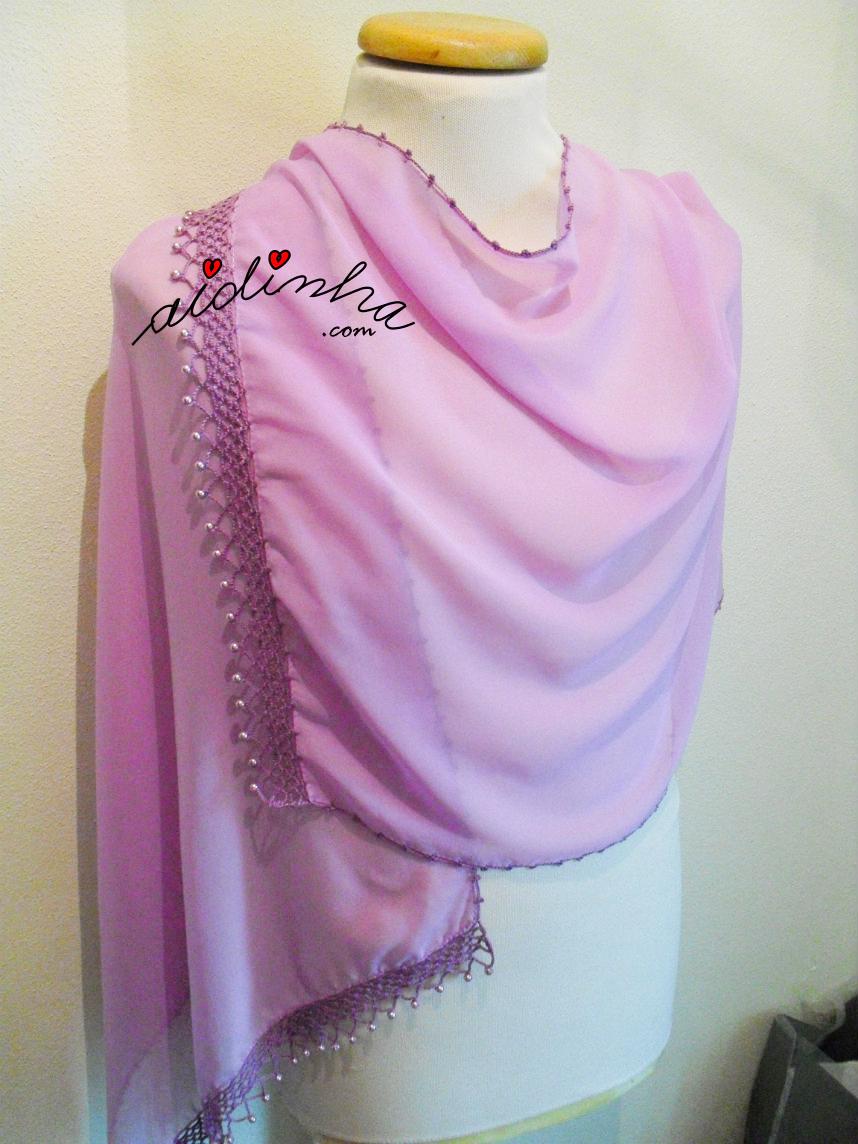 Écharpe lilás, costumizada com crochet e pérolas