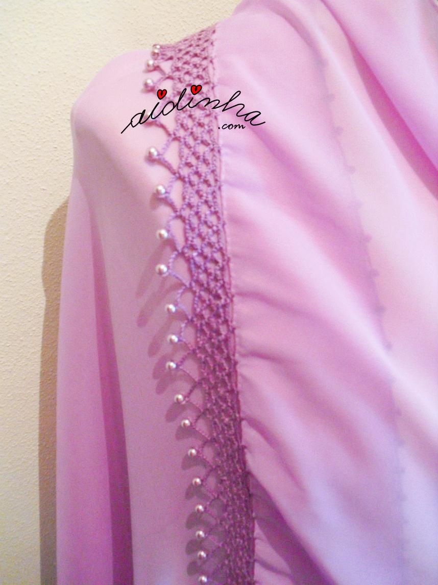 Lado da écharpe lilás, com crochet e pérolas