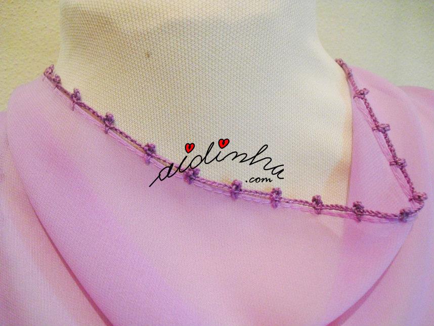 Foto dos lados maiores da écharpe com biquinhos de crochet