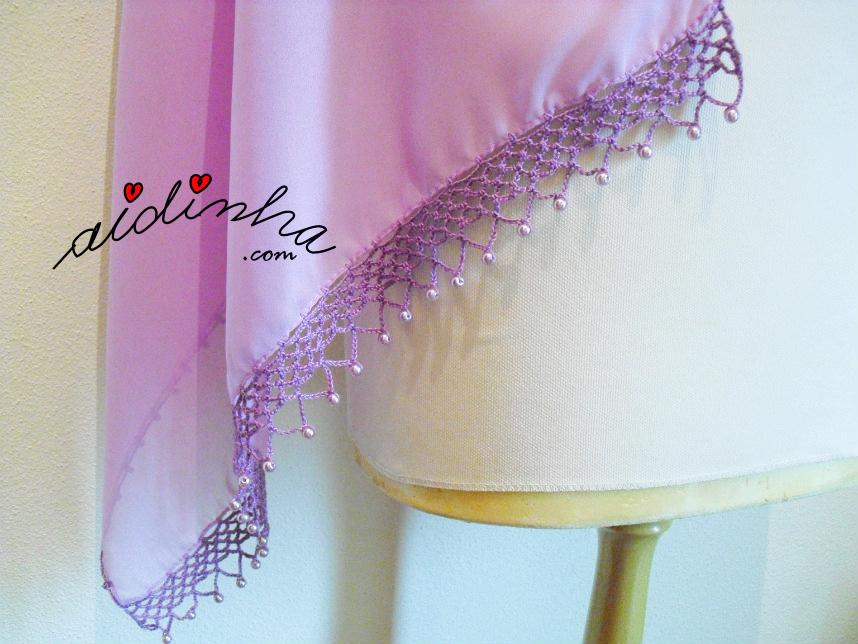 Vista de lado da écharpe lilás, com crochet