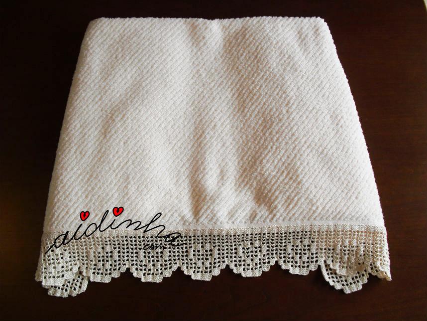 Toalhão com barra de crochet com corações