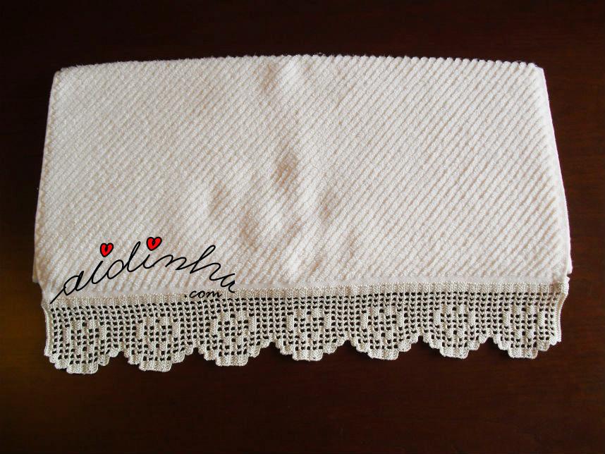 Toalha de rosto com barra de crochet com corações