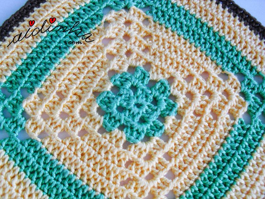 Foto do meio da pega de crochet verde e creme