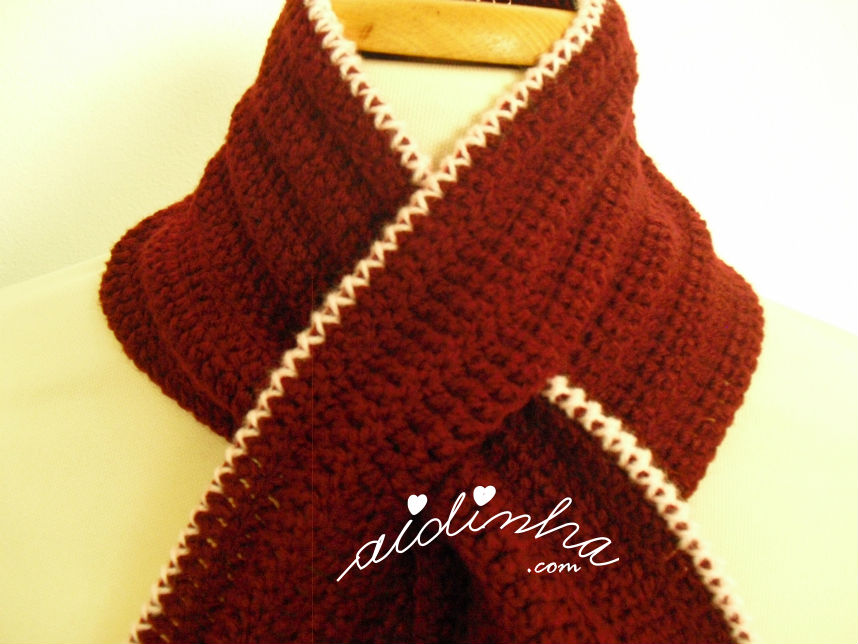 Foto do traçado da gola de crochet bordeaux e rosa
