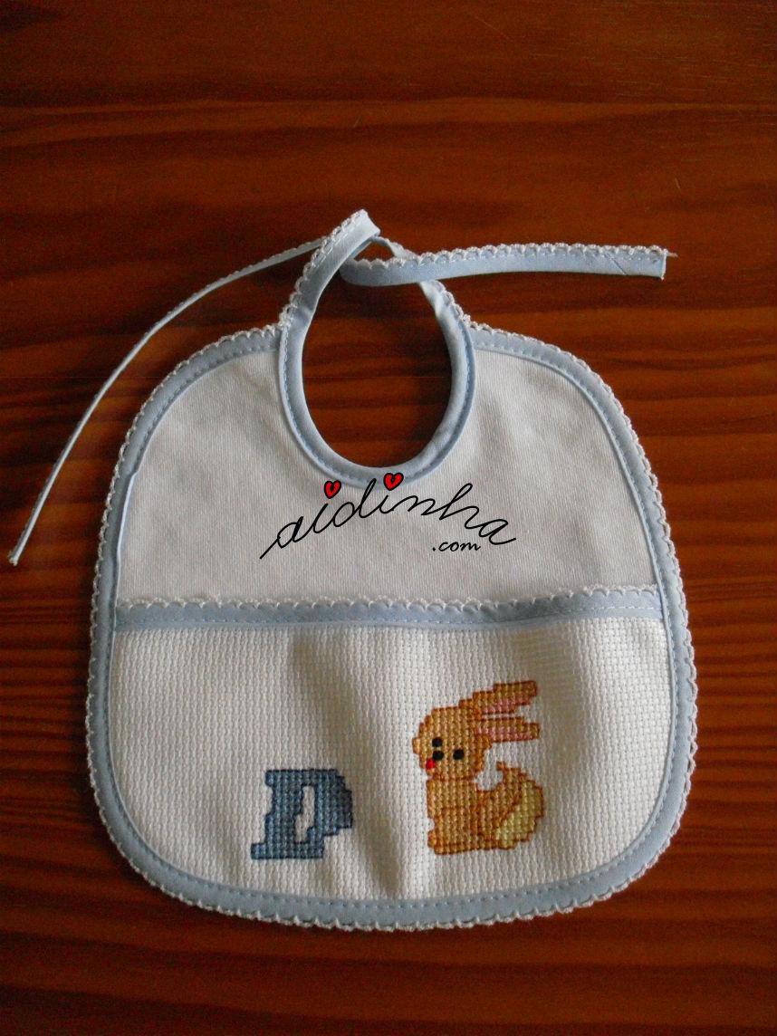 Babete bordado em ponto cruz, para bebé