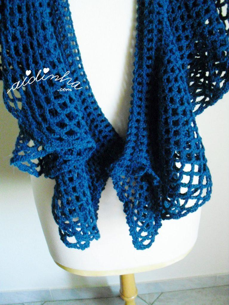 Detalhe dos folhos, do cachecol de crochet