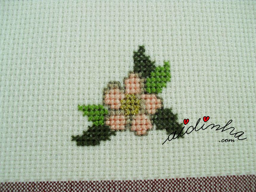 Foto da flor pequena do naperon de Natal, em ponto cruz
