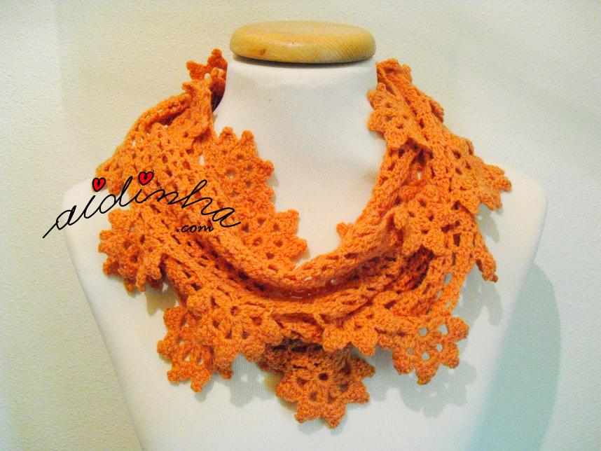 Gola de crochet, com flores pendentes