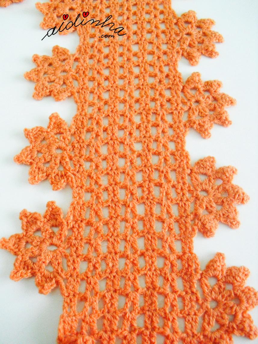 Foto de uma parte da gola de crochet e as flores pendentes