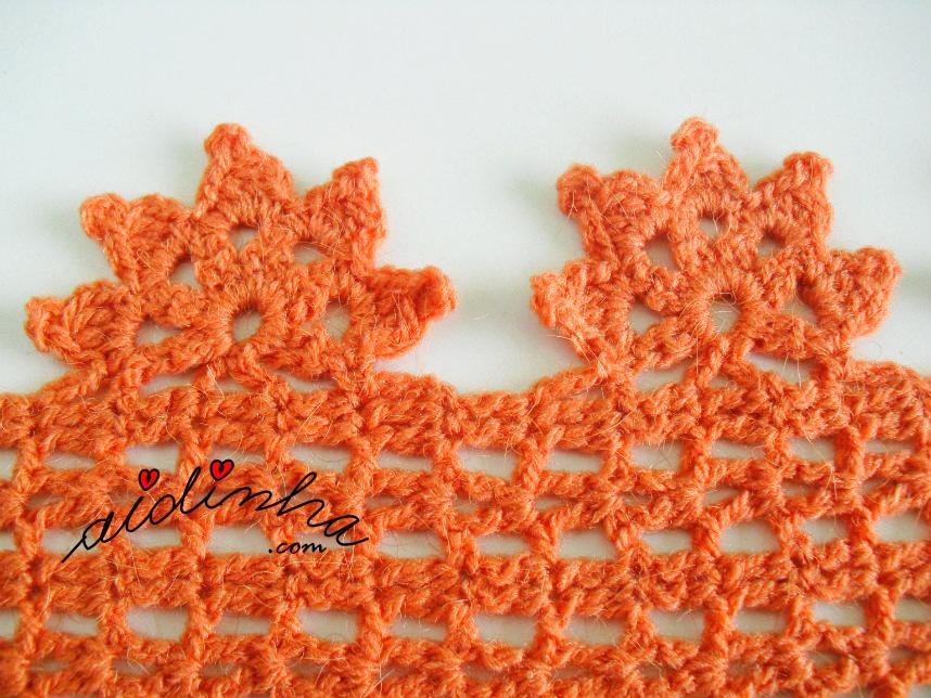 Pormenor das flores da gola de crochet