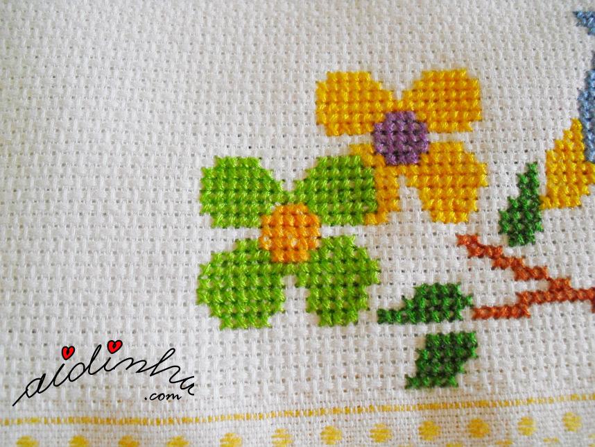 Foto das flores, em ponto cruz, do pano de cozinha