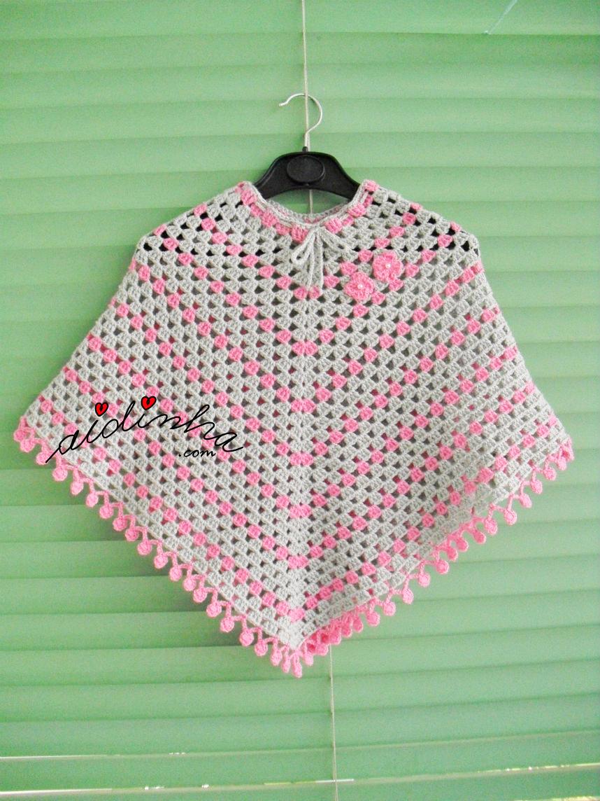 Poncho de crochet, em rosa e cinza
