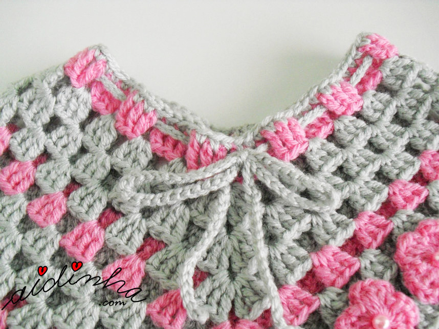 Foto do decote do poncho de crochet cinza e rosa