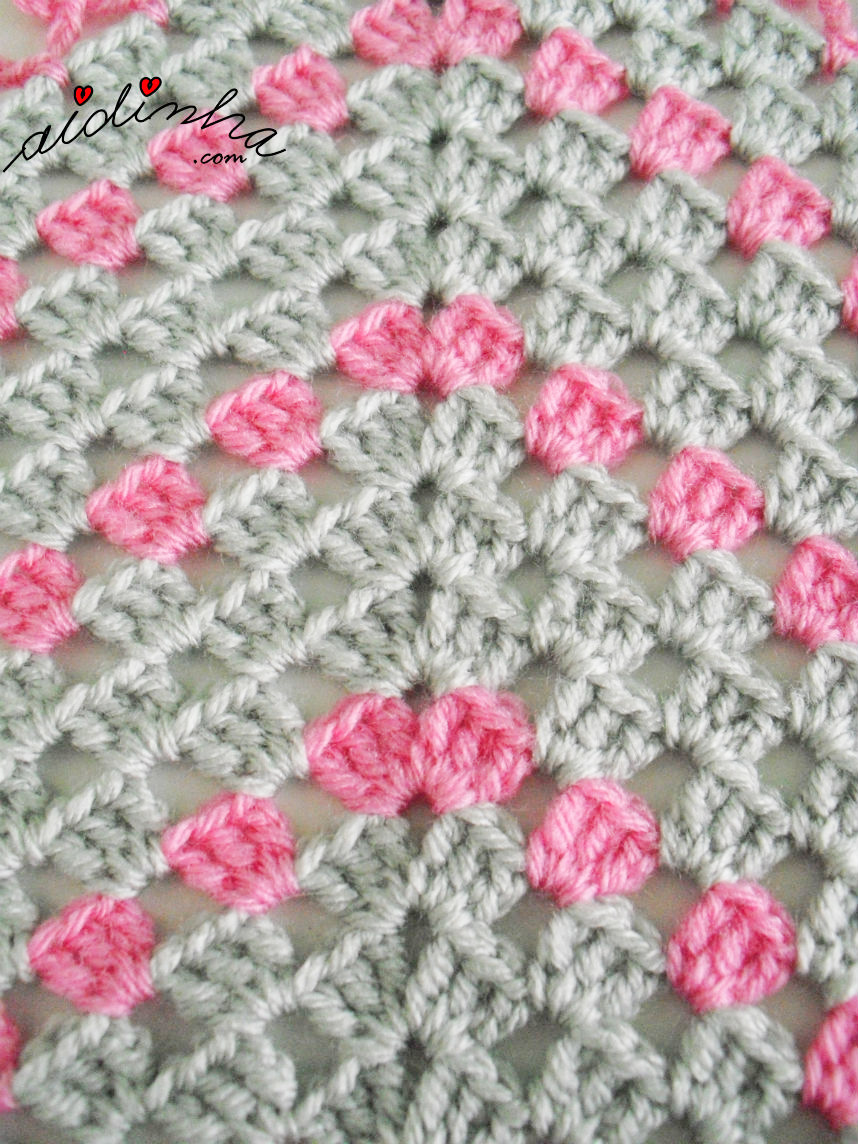Foto dos aumentos do poncho infantil de crochet