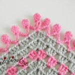 Poncho infantil, de crochet, com acabamento em ponto puf