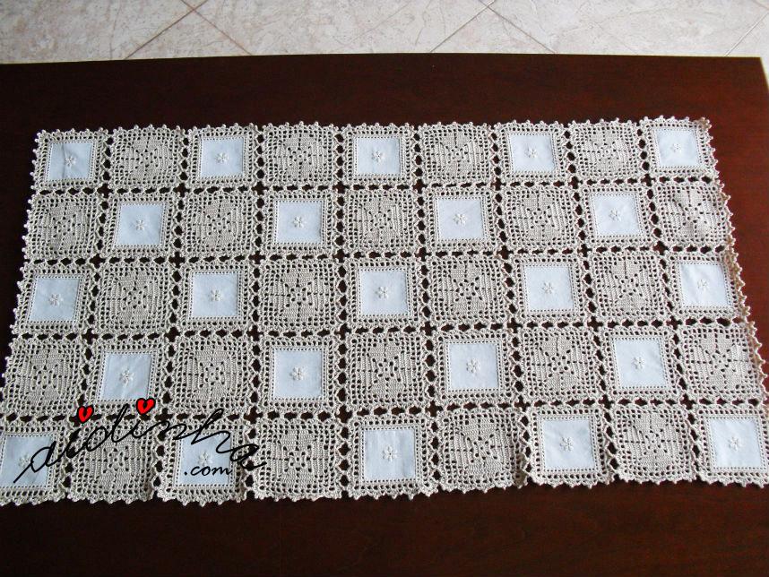 Naperon de quadrados de crochet e de linho