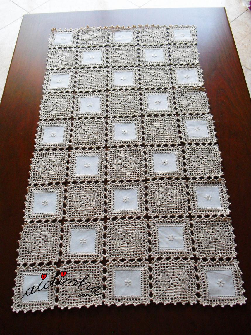 Foto do naperon de crochet e linho no sentido do comprimento