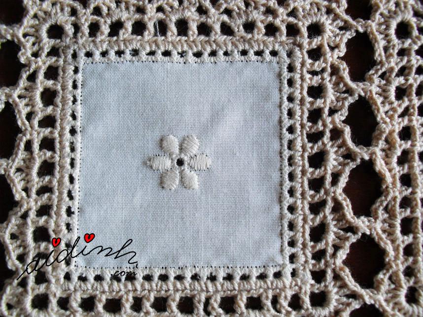 Foto do quadrado de linho do naperon de crochet e linho
