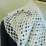 Cachecol de crochet, branco e com folhos