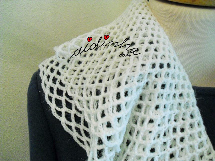 Detelhe do ombro do cachecol de crochet, com folhos