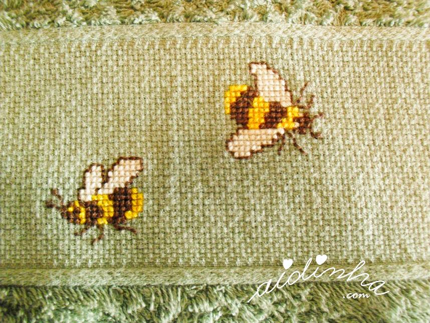 Foto das abelhas, bordadas em ponto cruz, do pano de cozinha