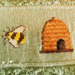Pano de cozinha, bordado em ponto cruz, com abelhas